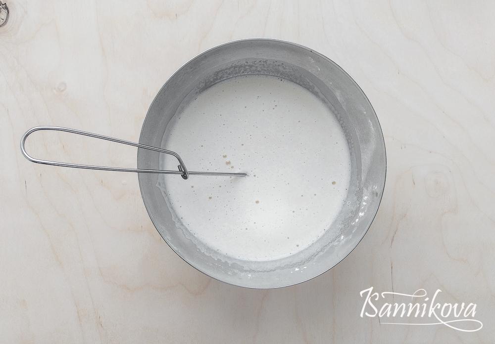 Тонкой струйкой вливаем молоко