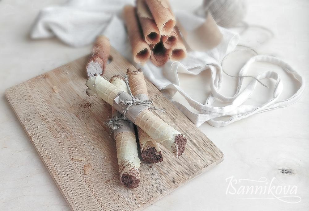Вафельные трубочки со сливочно - малинным кремом готовы