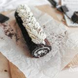 Шоколадный рулет с творожным кремом готов