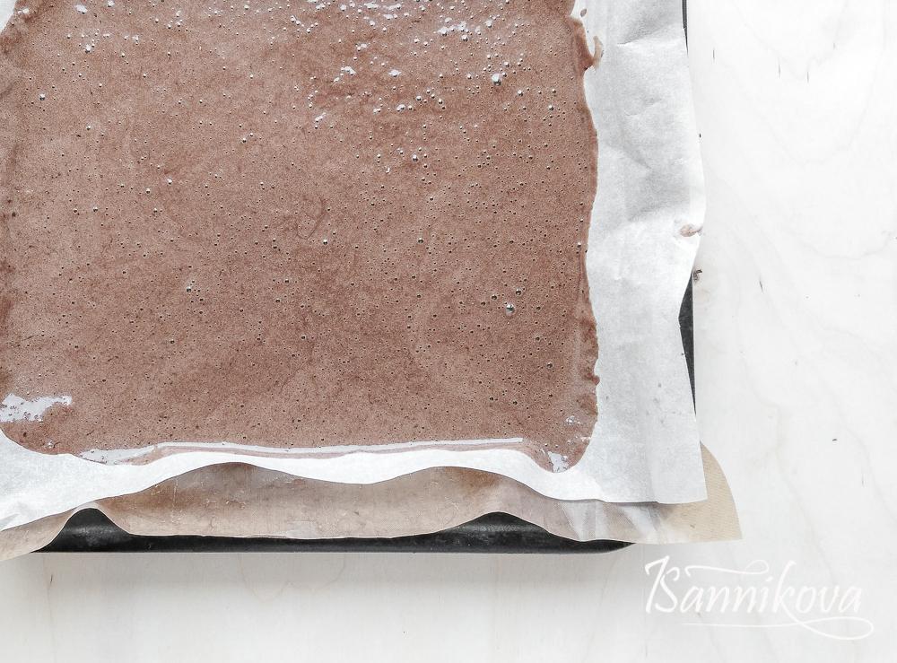 Бисквитное тесто распределяем по форме