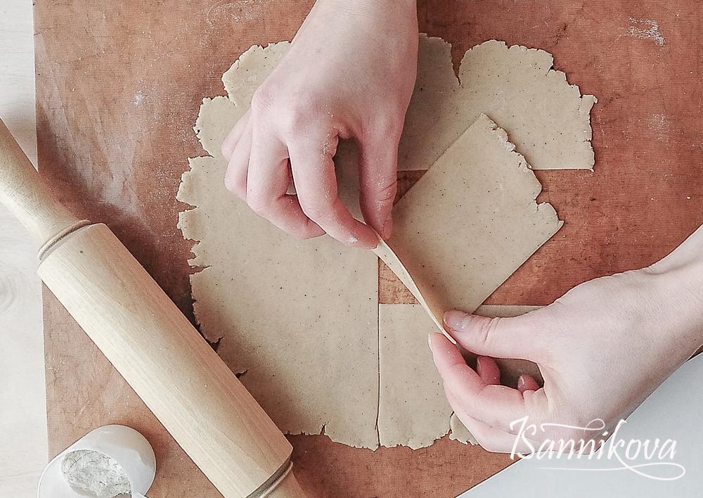 Тесто раскатать в тонкий пласт, толщина 2 - 3 мм