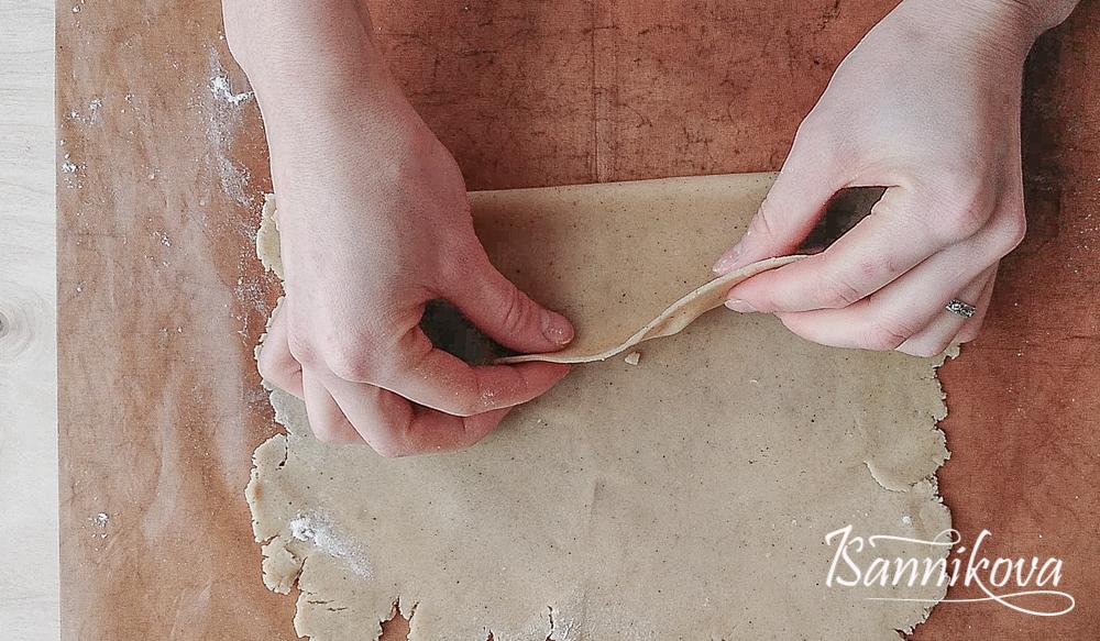 Тесто раскатываем в прямоугольный пласт, толщиной 3 мм