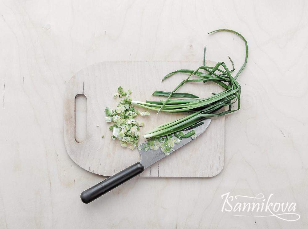 Зелёный лук мелко порубить ножом