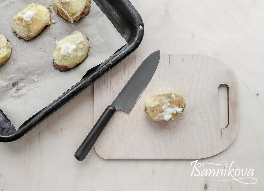Отварной картофель слегка давим, добавляем сливочное масло и чеснок