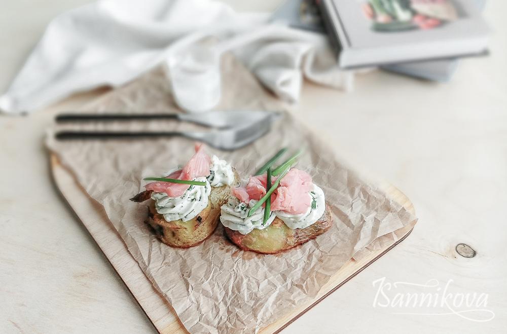 Картофельные лодочки с красной рыбой готовы