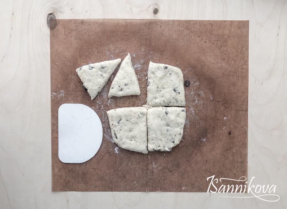 Раскать тесто толщиной 3 - 5 см и разрезать
