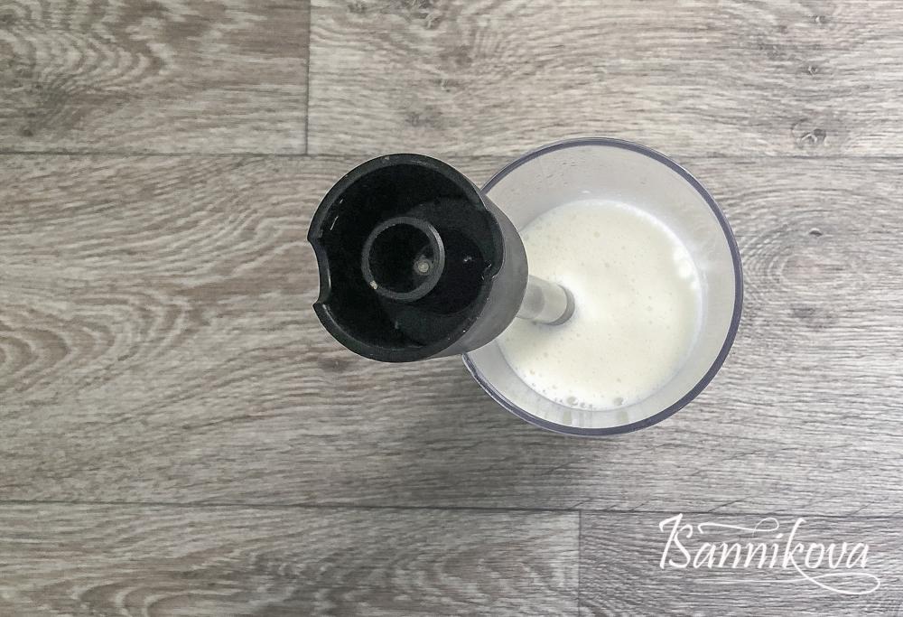 Взбить молоко и сливочное масло